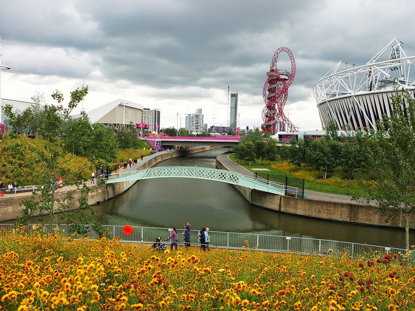 gia-ve-may-bay-di-Vancouver-queen-elizabeth-olympic-park
